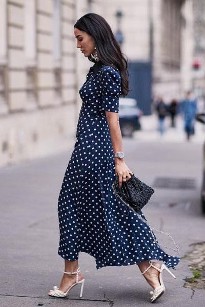 Look para o reveillon com vestido de poá classic blue