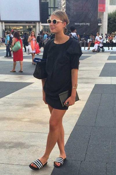 Look all black com rasteira slip on preta e branca e roupas monocromáticas