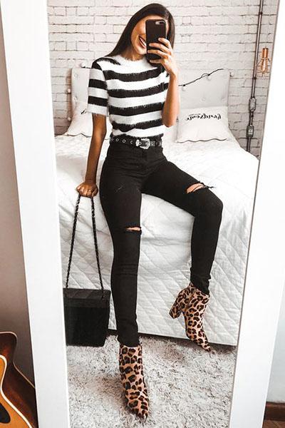 Look bota oncinha calça jeans preta e blusa listrada