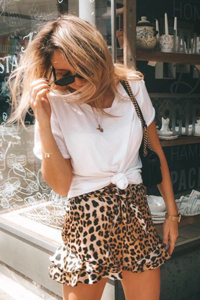 Look saia com animal print e t-shirt básica branca