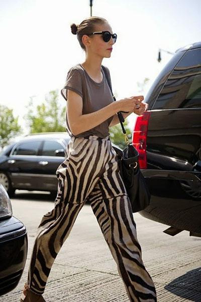 Look animal print calça zebra e blusa cinza básica