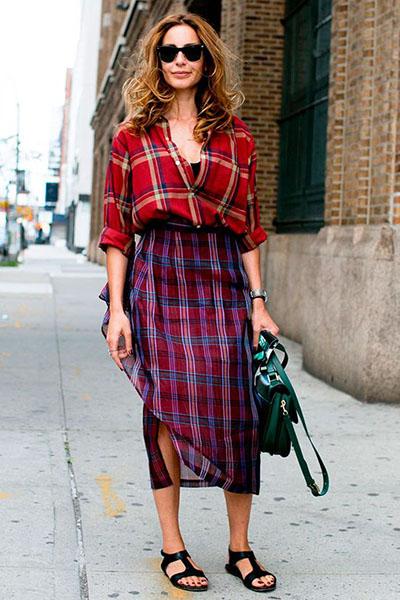 Look mix de estampas com camisa xadrez e saia midi xadrez