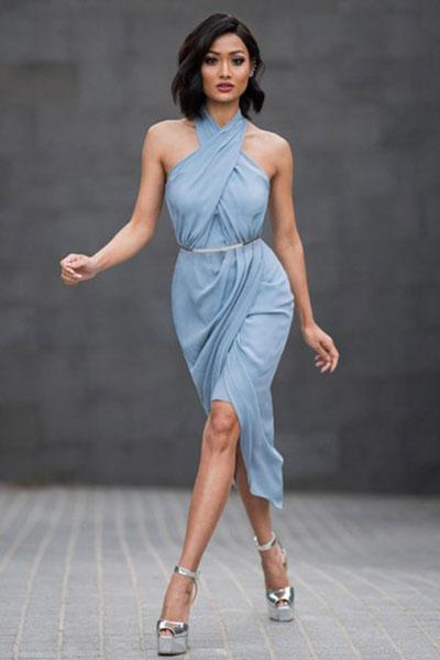 Look festa fim de ano com vestido azul serenity e sandália prata