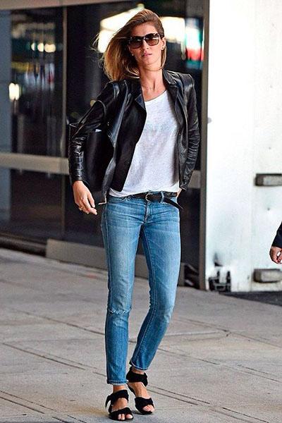 Look Gisele Bündchen com rasteirinha preta e jaqueta de couro