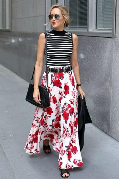 Look com mix de estampas calça floral e blusa listrada