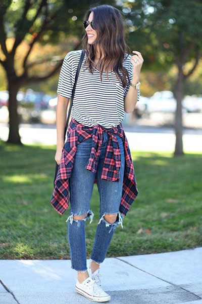 Look com blusa listrada e camisa xadrez na cintura