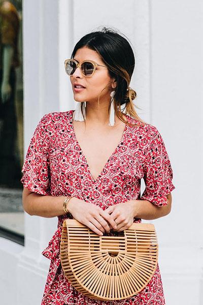 Look bolsa de palha e óculos de sol com brincos de franja