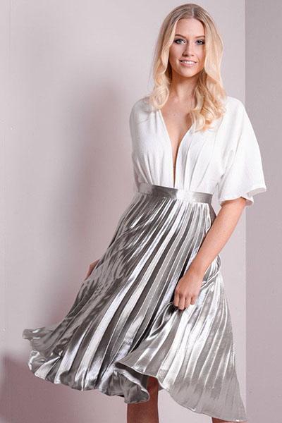 Look para o ano novo com saia midi plissada metalizada prata e blusa branca