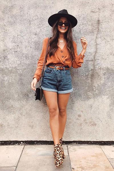 Look de short jeans com chapeu de feltro