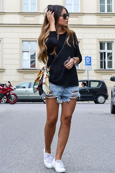 Look casual com short jeans rasgado